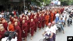 Các tu sĩ Phật giáo Miến Điện tuần hành ở Mandalay ủng hộ việc trục xuất người sắc tộc thiểu số Rohingya theo Hồi giáo, ngày 2/9/2012