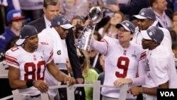 Para pemain New York Giants mengangkat piala Vince Lombardi setelah mengalahkan New England Patriots dalam Super Bowl XLVI di Indianapolis (5/2).