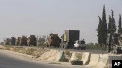 Konvoi militer Turki tampak memasuki kota Khan Sheikhoun, provinsi Idlib, Suriah hari Senin (19/8).