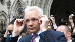 Pendiri WikiLeaks Julian Assange meninggalkan Pengadilan Tinggi London (foto: dok). Mahkamah Agung Inggris menolak banding Assange.