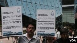 香港佔中金融組成員,展示星期四在國際媒體發表致中國國家主席習近平的公開信。 (美國之音湯惠芸拍攝)