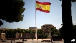 스페인 카탈루냐주 의회가 주민투표실시법을 통과시킨 지난 6일 수도 마드리드의 콜론광장에서 대형 국기가 휘날리고 있다.