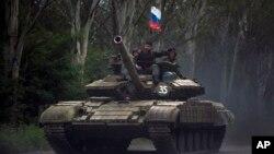 지난 21일 친-러시아계 우크라이나 반군이 탱크에 러시아가 국기를 꽂고 동부 도시 도네츠크에 주둔하고 있다.