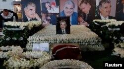 Rangkaian bunga dan foto-foto mantan PM Lebanon Rafik al-Hariri terlihat memenuhi makamnya di pusat kota Beirut, 14 Februari 2013 (Foto: dok).