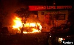 کراچی میں کار ساز کے مقام پر دھماکے بعد گاڑیوں میں آگ لگ گئی۔ ایک کار شعلوں کی لپیٹ میں۔ اکتوبر 2007