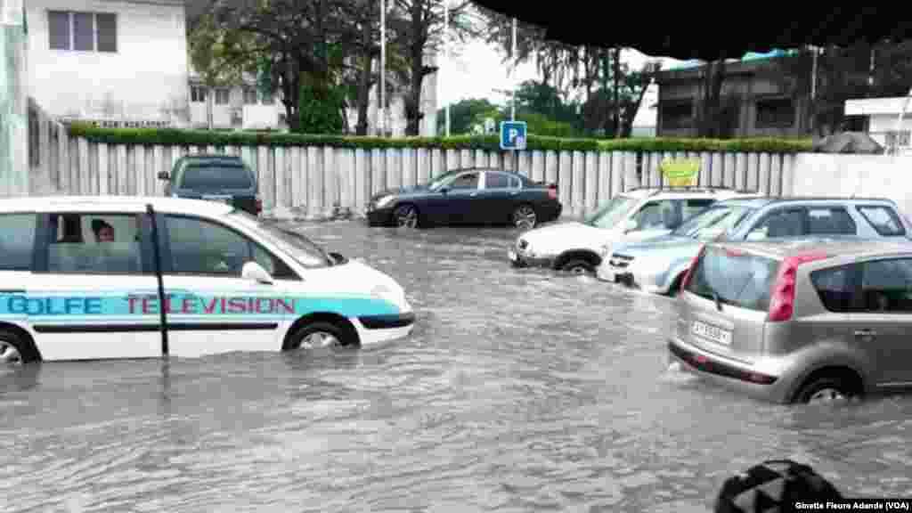 Même la rue devant la mairie de Cotonou est sous eaux, à Cotonou, Benin, 8 octobre 2016. VOA/Ginette Fleure Adande