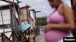 Cô Lediane da Silva, hiện mang thai tháng thứ tám, ở tại thị trấn nghèo khó Beco do Sururu, ở Brazil.