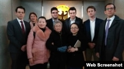 资料照:黄琦85岁高龄母亲与五国驻成都外交官会晤