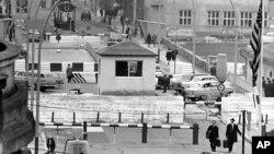 КПП «Чекпойнт Чарли» между Восточным и Западным Берлином. 20 октября 1964 г.