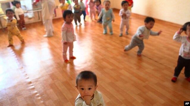 지난 5월 북한 평양의 한 보육원에서 아이들이 놀고 있다. (자료사진)
