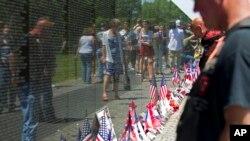 5月24日,遊客在首都華盛頓的越戰紀念牆紀念陣亡將士紀念日。