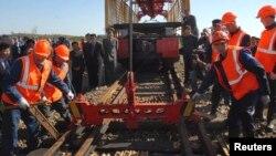 지난 2008년 10월 북한 라진에서 열린 라진-하산 철도 공사 착공식에서, 러시아 근로자들이 북한 철로를 보수하고 있다.