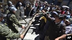 玻利维亚抗议者和警察发生冲突(2011年9月26号资料照)