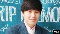 한국에서 웹툰 '로동심문'을 연재하는 북한 출신 만화가 최성국 씨.