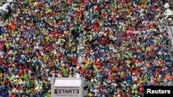 2014年2月,东京马拉松比赛,街道上人山人海。(资料照片)