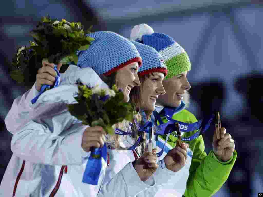 12일 여자 크로서컨츄리 스프린트 경기에서 메달을 획득한 선수들이 포즈를 취하고 있다. 왼쪽부터 은메달에 노르웨이 잉빌드 플러그타드 오예스트버그 선수, 금메달에 노르웨이 마이큰 카스페르슨 팔라 선수, 동메달에 슬로베니아 베스나 팝잔 선수.