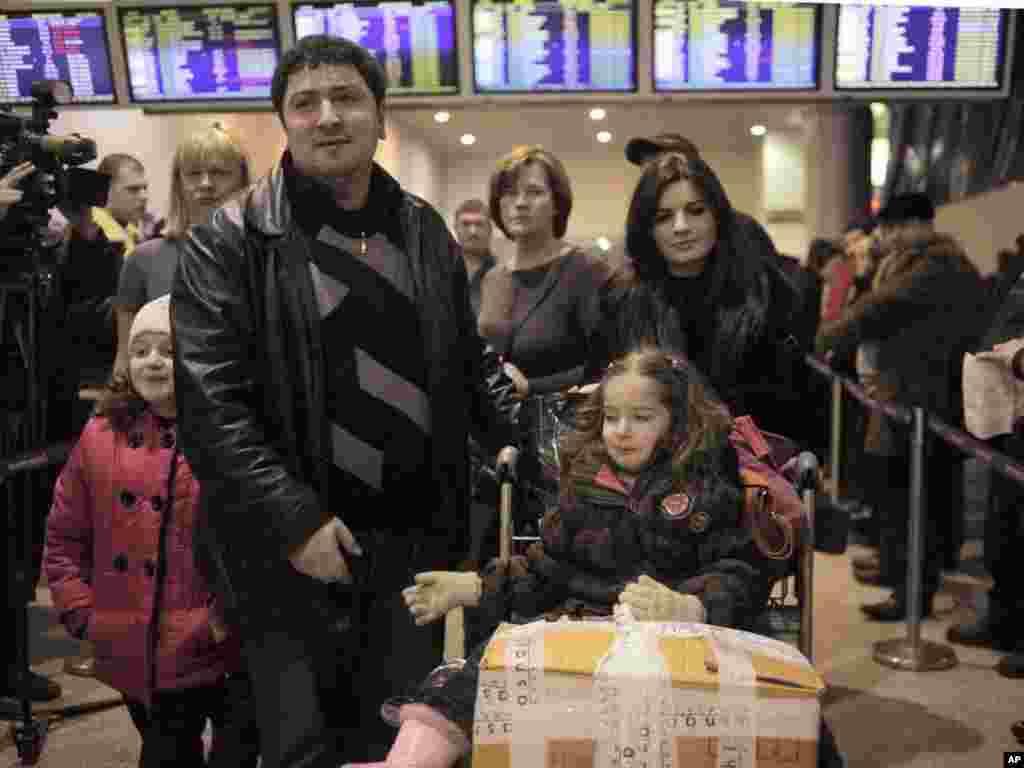 爆炸袭击后班机延期,乘客无奈等候