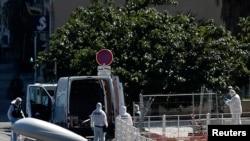 Polisi di kota pelabuhan Marseille, Perancis menyelediki lokasi insiden sebuah kendaraan menabrak dua tempat penampungan bus, yang mengakibatkan setelah satu orang tewas dan melukai satu lainnya, 21 Agustus 2017. (REUTERS/Philippe Laurenson)