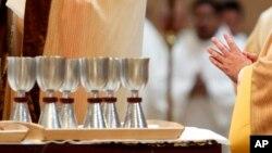 """En vista de la escacez, la Iglesia Católica de Venezuela, aconsejó """"usar provisionalmente vinos chilenos o argentinos (blanco o tinto), de buena calidad (los franceses, españoles e italianos también, pero son muy costosos)""""."""
