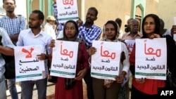 Des journalistes soudanais manifestent contre une proposition de loi qui restreindrait la liberté de la presse, à Khartoum, le 15 novembre 2017.