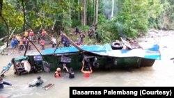 Kondisi bangkai bus Sriwijaya yang terjun ke sungai Lematang, di Pagaralam, Sumatera Selatan, Rabu, 25 Desember 2019. (Foto: Basarnas Palembang).