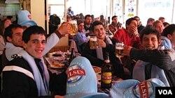 En el Emporio de la pizza, jóvenes veinteañeros golpearon las mesas haciendo temblar los porrones de cerveza.