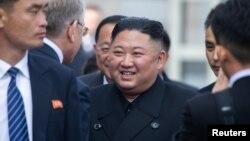 북러 정상회담을 마친 김정은 북한 국무위원장이 26일 러시아 블라디보스토크역에 도착해 러시아 고위인사들과 작별인사를 하고 있다.