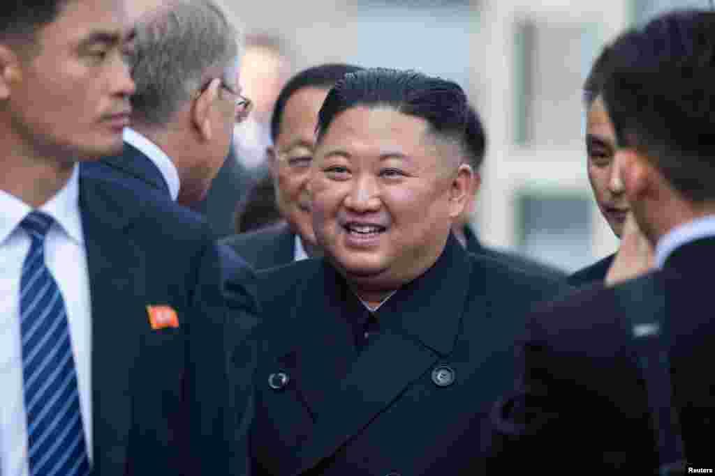 북러 정상회담을 마친 김정은 북한 국무위원장이 러시아 블라디보스토크역에 도착해 러시아 고위인사들과 작별인사를 하고 있다.