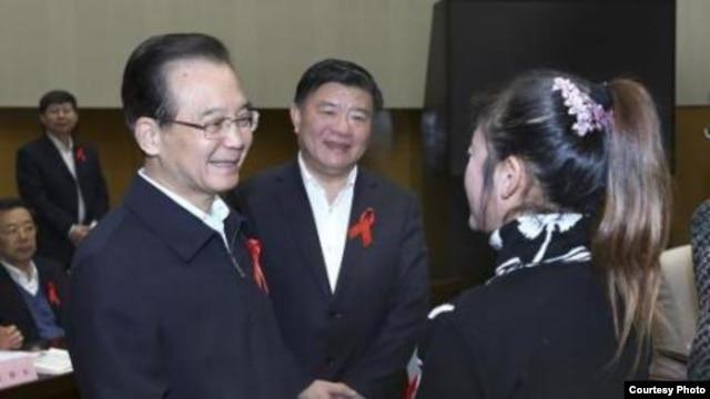 被刑拘的陈淑霞女士2011年曾获时任总理温家宝接见。(爱知行万延海微博)