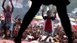 """Seorang penyanyi tampil sebelum sebuah acara pidato di Jawa Timur, 14 Juni 2009, sebagai ilustrasi. Saat ini muncul istilah-istilah yang """"menjurus"""" terkait kekerasan seksual terhadap perempuan. Foto: REUTERS/Beawiharta)"""
