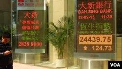 香港一家銀行的電子牌顯示恆生指數在中國「暴力救市」後回升。(美國之音湯惠芸攝)