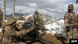 Солдаты пакистанской армии на боевой позиции