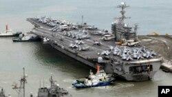 지난해 2월 미-한 합동군사훈련에 참가하기 위해 부산 해군기지에 정박한 미 핵추진 항공모함 조지워싱턴호. (자료사진)
