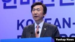 윤병세 한국 외교부 장관이 17일 서울 장충동 신라호텔에서 열린 '2015 한미 친선의 밤' 행사에서 축사하고 있다.