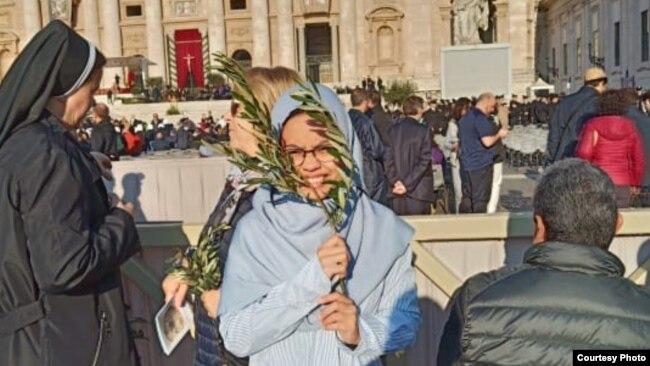 Dewi Praswida meraih beasiswa dari Nostra Aetate Foundation di Vatikan untuk belajar tentang lintas agama selama enam bulan.