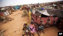 تعدادی از زنان و کودکان آواره سودانی در اردوگاه پناهندگان زمزم در شمال دارفور – ۲۱ خرداد ۱۳۹۳