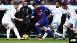 Lionel Messi, au centre, face à Sergio Ramos, et devant Marcelo et Casemiro lors d'un clasico, Espagne, le 23 décembre 2017