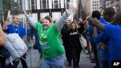 Ај-фон 5-манија: 49-годишниот Грег Паркер не ја крие возбудата што конечно дошол на ред во продавницата на Епл на Петтата авенија во Њујорк