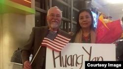 滯留台灣八個月的中國異議人士黃燕抵達洛杉磯(傅希秋提供)