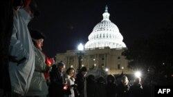 Dân chúng thấp nến trước trụ sở Quốc hội ở thủ đô Washingto cầu nguyện cho các nạn nhân trong vụ tấn công ở Arizonan