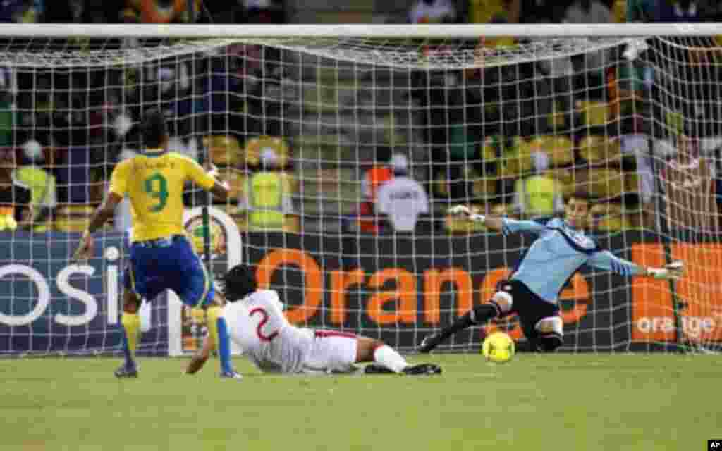 Gabon's Pierre Emerick Aubameyang (L) scores against Tunisia during their African Cup of Nations Group C soccer match at Franceville stadium in Gabon January 31, 2012.
