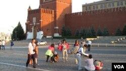 夏季莫斯科红场上的中国游客(美国之音白桦 拍摄)