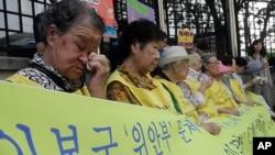 위안부 피해자 할머니들이 눈물을 닦으며 일본의 사죄를 요구하는 시위를 벌이고 있다. (자료사진)