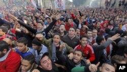 Người hâm mộ câu lạc bộ bóng đá Al-Ahly ăn mừng phán quyết của tòa tử hình 21 người trong vụ bạo lực bóng đá làm chết 74 thiếu niên Ai Cập hồi năm ngoái.