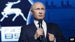 블라디미르 푸틴 러시아 대통령이 7일 니즈니 노브고로드의 GAZ 자동차 공장을 방문해 가진 기자회견 도중, 평창 동계올림픽 참가에 관한 입장을 밝히고 있다.