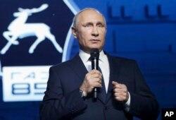 블라디미르 푸틴 러시아 대통령이 6일 니즈니 노브고로드의 자동차 공장을 방문해 가진 기자회견 도중, 차기 대선 출마 의사를 밝혔다.