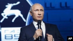 Tổng thống Nga Vladimir Putin phát biểu trước công nhân nhà máy ô tô ở Nizhny Novgorod, nơi ông tuyên bố ông tranh cử cho nhiệm kỳ tổng thống thứ tư vào năm sau, ngày 6 tháng 12, 2017.