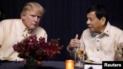 Le président américain Donald Trump et son homologue philippin Rodrigo Duterte au dîner de gala marquant le 50e anniversaire de l'Asean à Manille, aux Philippines, le 12 novembre 2017.