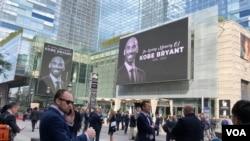1月27日,科比逝世第二天,洛杉矶Staples中心外的广场上高悬着他的黑白照。(美国之音雨舟拍摄)