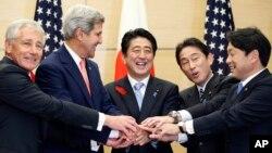 미-일 외교·안보 장관들이 3일 도쿄에서 회담한 후 총리 관저를 방문했다. 왼쪽부터 척 헤이글 미 국방장관, 존 케리 미 국무장관, 아베 신조 일본 총리, 기시다 후미오 일본 외무상, 오노데라 이쓰노리 일본 방위상.